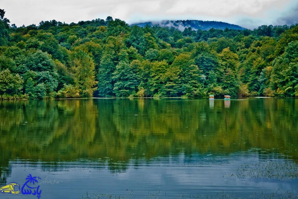 دریاچه الیمات ، دریاچه طبیعــی بسيار زيبــا و ديدني در کمربندی از درختــان سر به فلــک کشـیده در دل جنگل سبز الیمــالات كه به جــرات مي توان گفــت يكي از بي نظــيرترين و جذاب ترين درياچــه هاي ايران مي باشد