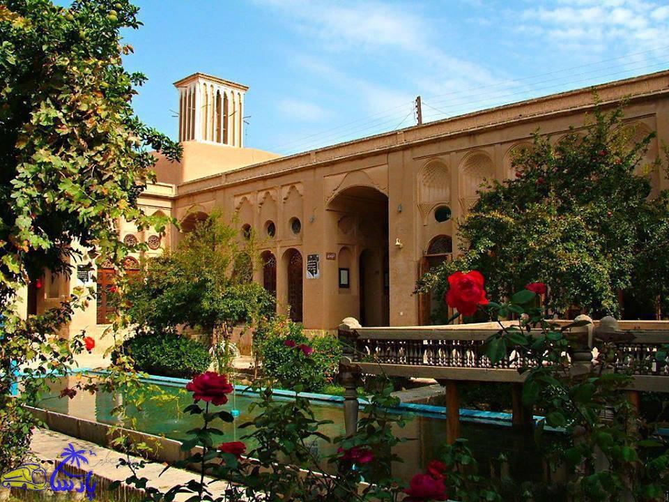 خانه لاریها شامل شش باب خانه با فضاهای کاملاً معماری ویژه خانههای کویری میباشد. این خانه در سال ۱۲۸۶ قمری ساخته شده مالک آن حاج محمد ابراهیم لاری بودهاست.
