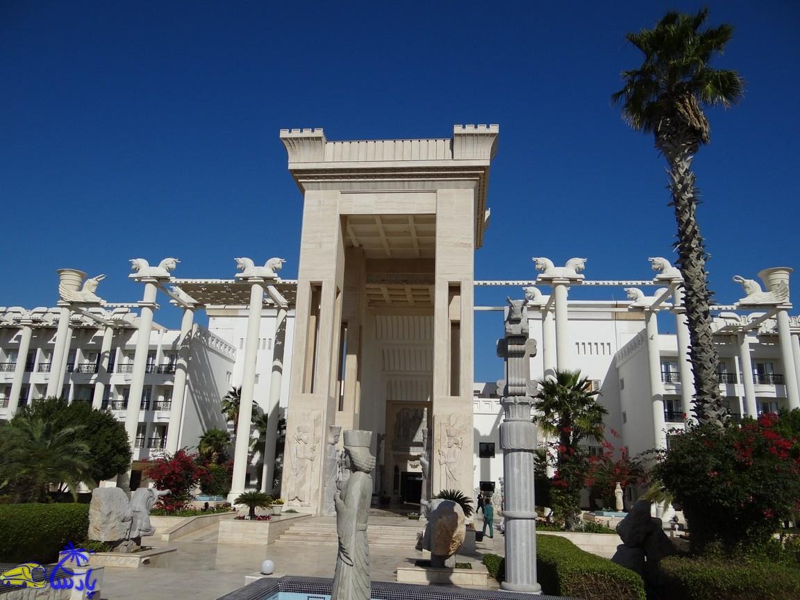 هتل بزرگ داریوش هتل ۵ ستارهای در جزیره کیش که با سرمایهگذاری حسین ثابت ساخته شد. این هتل، با الهام از تخت جمشید ، بهصورت سمبلی از افتخار و عزت ایران باستان در دوران هخامنشیان ساخته شدهاست.
