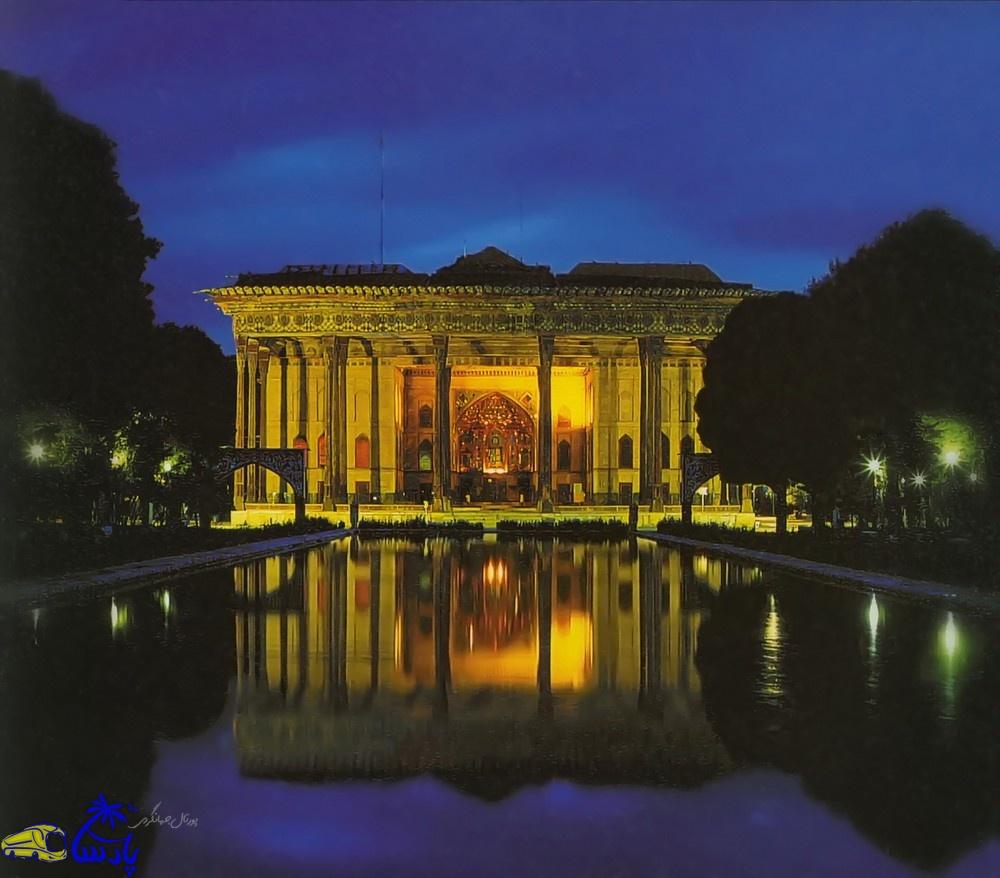 باغ چهل ستون 67000 متر مربع مساحت دارد که در دوره شاه عباس اول ساختمان کوچکی به صورت کوشک یا کلاه فرنگی در آن احداث گردید و در زمان شاه عباس دوم توسعه یافت و چهل ستون نام گرفت .