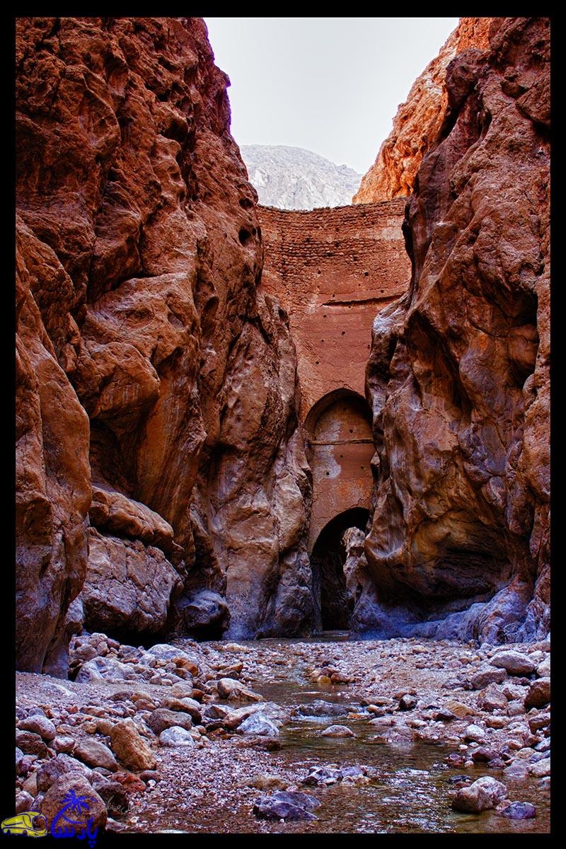 طاق شاه عباسی در مسیر گردشگری روستای خرو و در فاصله  ۲۷ کیلومتری شهر طبس در نزدیکی چشمه آب گرم مرتضی علی (ع) قرار دارد