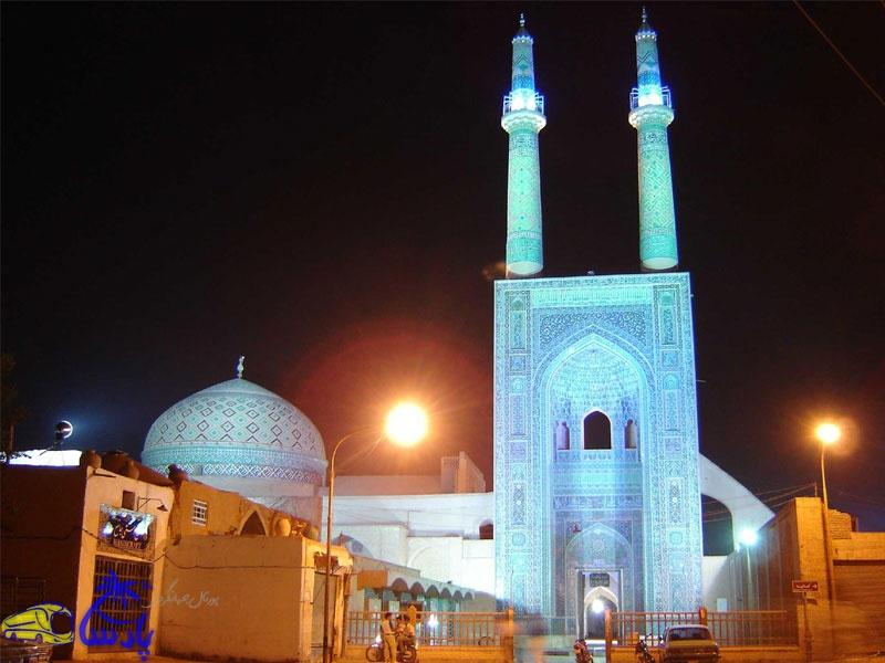 مسجد جامع یزد به شیوه یک ایوان در دل کویر میباشد و در طی حدود ۱۰۰ سال و سه دوره بنا شدهاست. پایههای اصلی مسجد را ساسانیان و بنای فعلی مسجد، از لحاظ شیوه معماری متعلق به دو دوره موسوم به آذری دانستهاند.