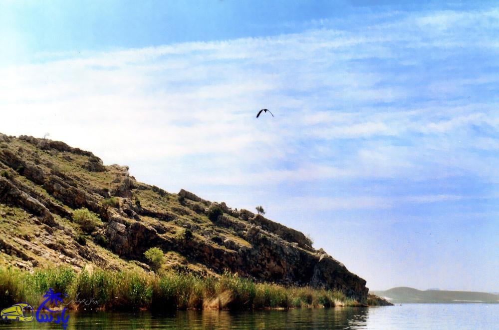 دریاچه پریشان یا فامور، در 15 کیلومتری جنوب خاوری شهرستان کازرون قرار داد . دریاچه پریشان یکی از زیباترین دریاچههای آب شیرین ایران است.