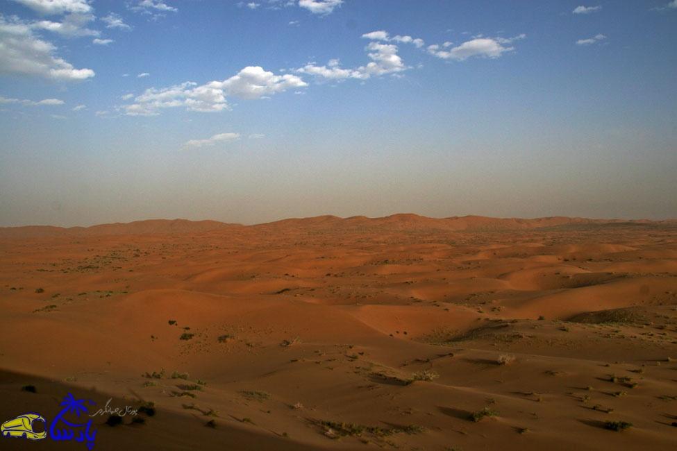 کویر مرنجاب یکی از زیباترین نقاط کویری ایران محسوب میشود. تپههای شنی بلند و جنگلهای تاق جلوه زیبایی به این منطقه بخشیدهاست.